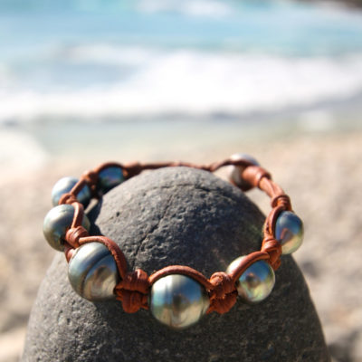 Knotted leather with great Tahitian black pearls, cultured pearl from Tahiti, masculine bracelet, bohemian inspiration, boho, beach jewelry.