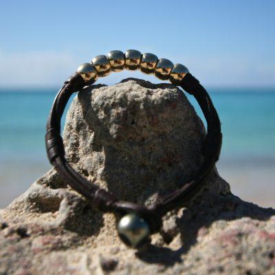 Leather bracelet featuring 7 gold pearls & Tahitian black pearl, beach jewelry, bohochic, St barth island, handmade leather chic jewelry.
